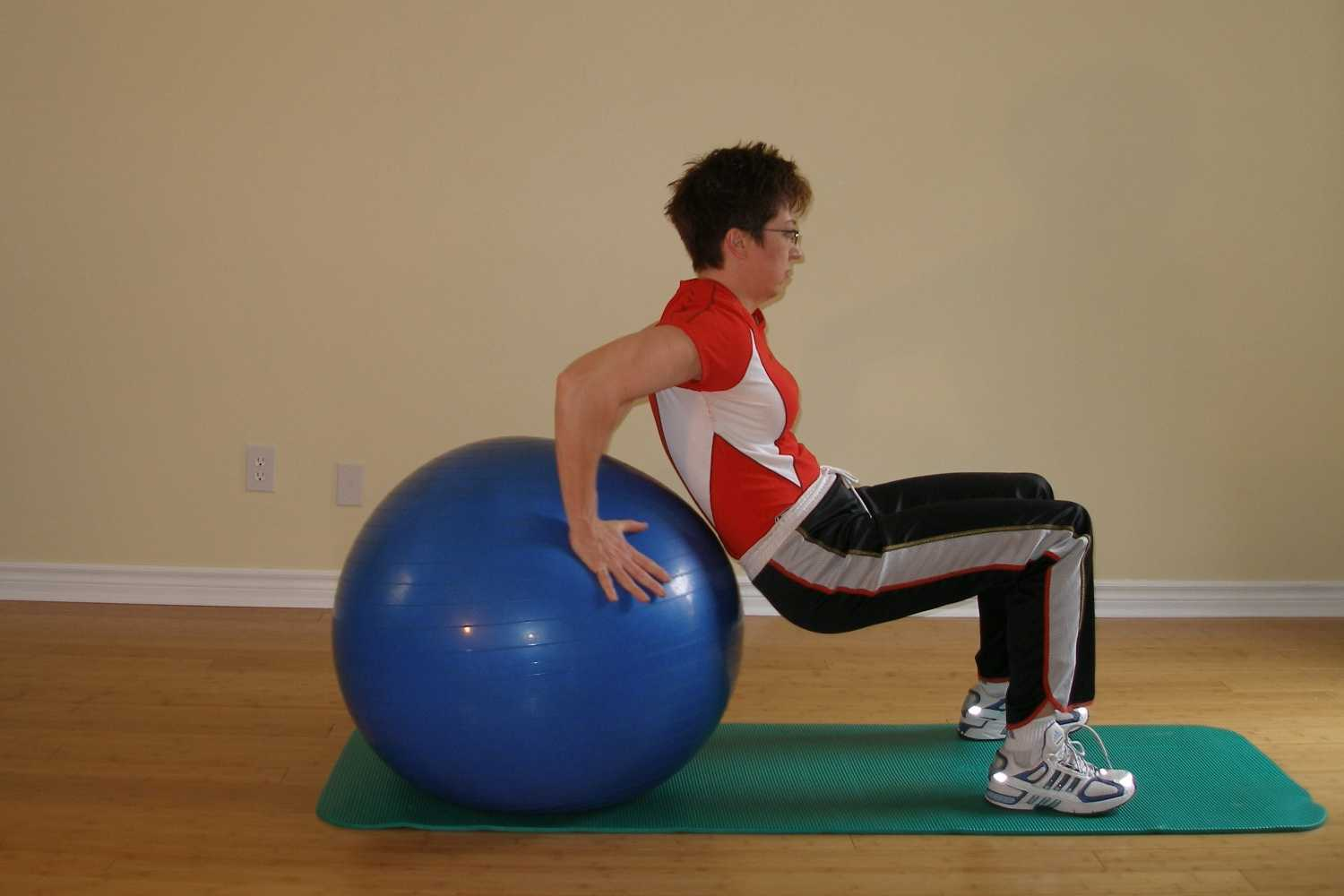 Triceps dip on the exercise ball