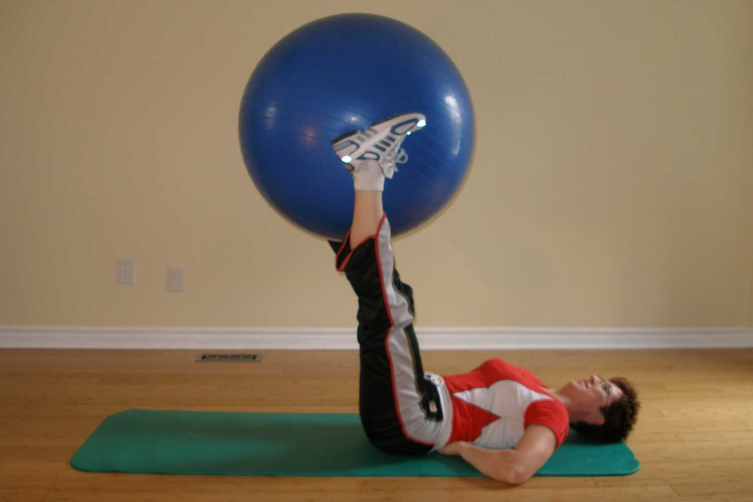 straight leg hip crunch ball exercise start position