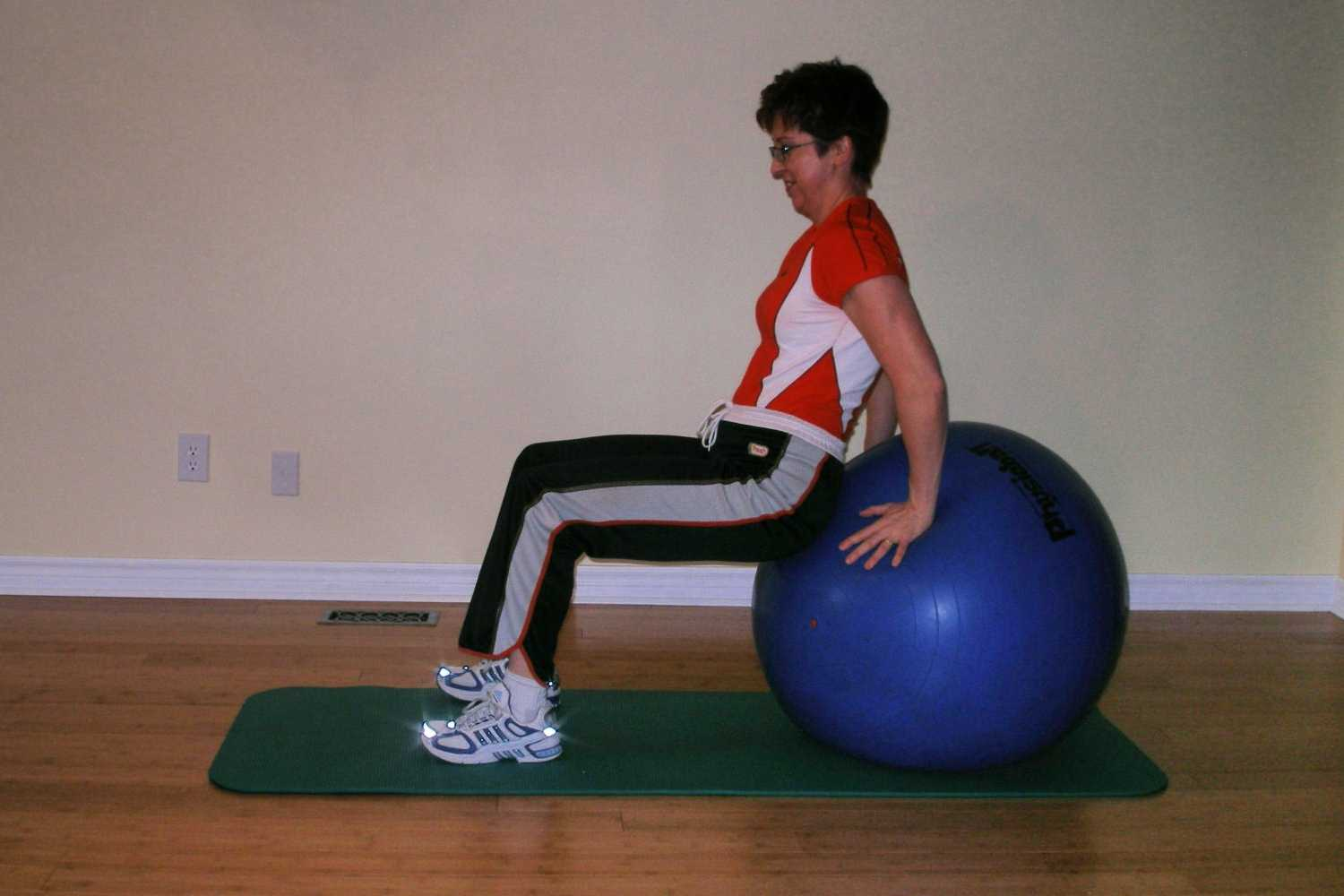 how to lie on the exercise ball starting position