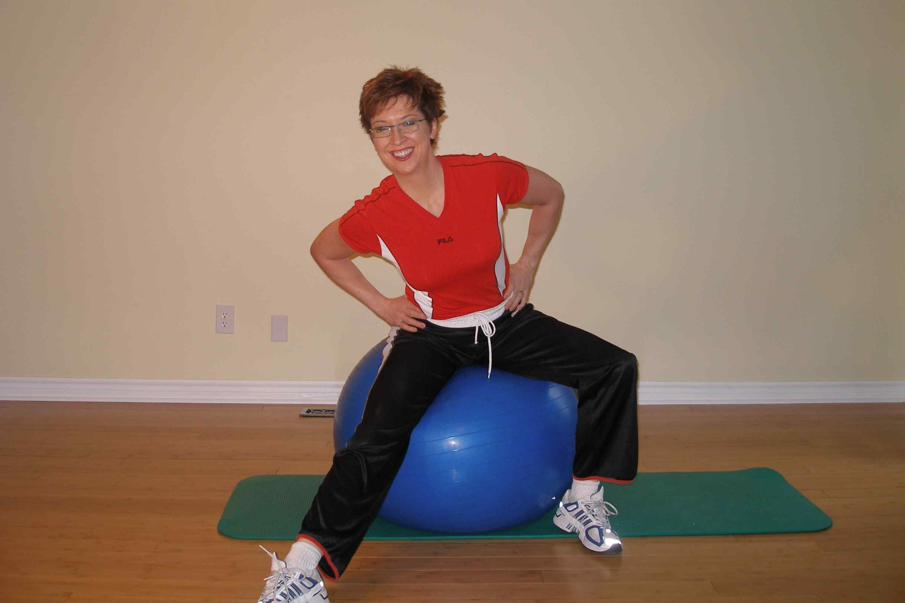 hamstring stretch with the exercise ball